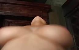 Gnocca dalle tette grosse si gode il cazzo tutto dento in iga