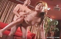 Puttanella asiatica fottuta intensamente sul divano