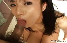 Asiatica sexy fottuta nella figa pelosa