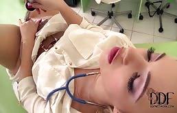 Zoccola bionda si masturba con strumenti medici