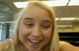 Troietta bionda fa una masturbazione sul webcam