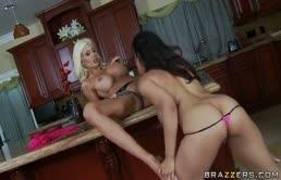 Due amiche lesbiche tettone si masturbano