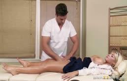 Troia bionda si scopa il massaggiatore cazzuto