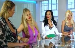 Sfrenata orgia con quattro lesbiche fottute