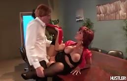La segretaria tettona raggiunge un bel orgasmo
