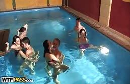 Scopata selvaggia in piscina con mignotte vogliose di cazzo