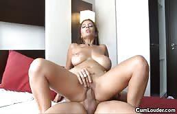 Tettona ingorda si gode dei forti penetrazioni vaginali