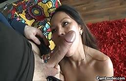 Baldracca asiatica si fa penetrare in figa e sborrare in bocca