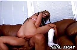 Incuata hard sul divano con una baldracca insaziabile di sesso anale