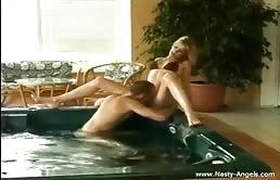 Nella vasca iddromassaggio i due godono una scopata hard